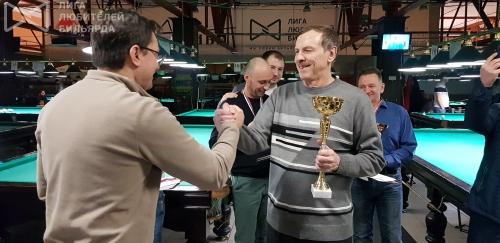 Василий Синюгин заслуженно получает кубок за победу