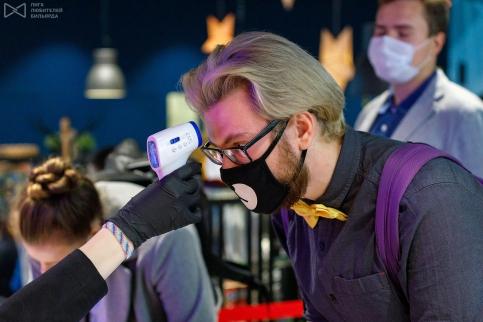 Температуру измеряют самому элегантному участнику турнира Алексею Адамчуку