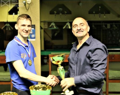 Геннадий Султанов получает заветный кубок чемпиона