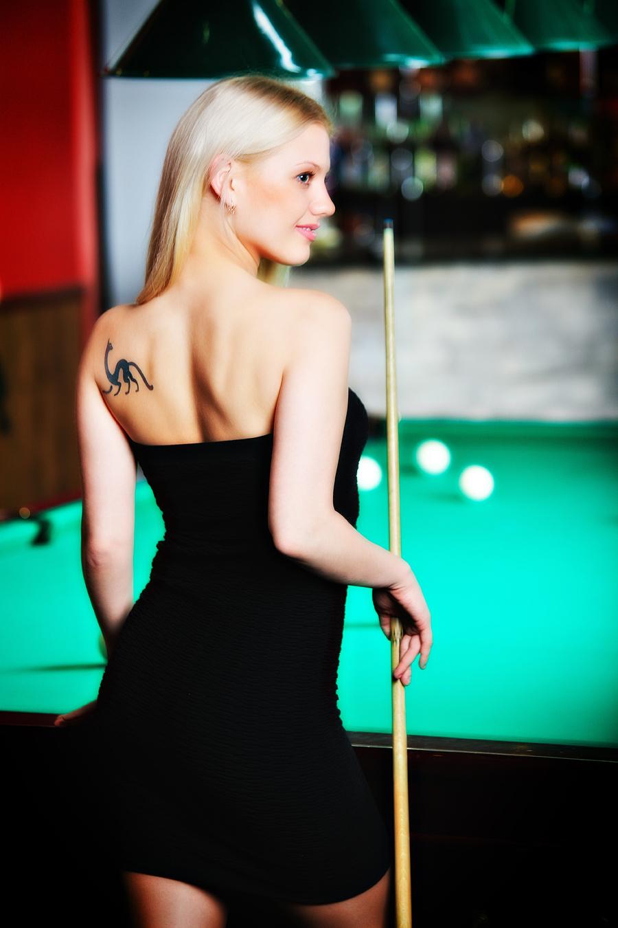 Шикарня девушка играет в бильярд фото 65-758