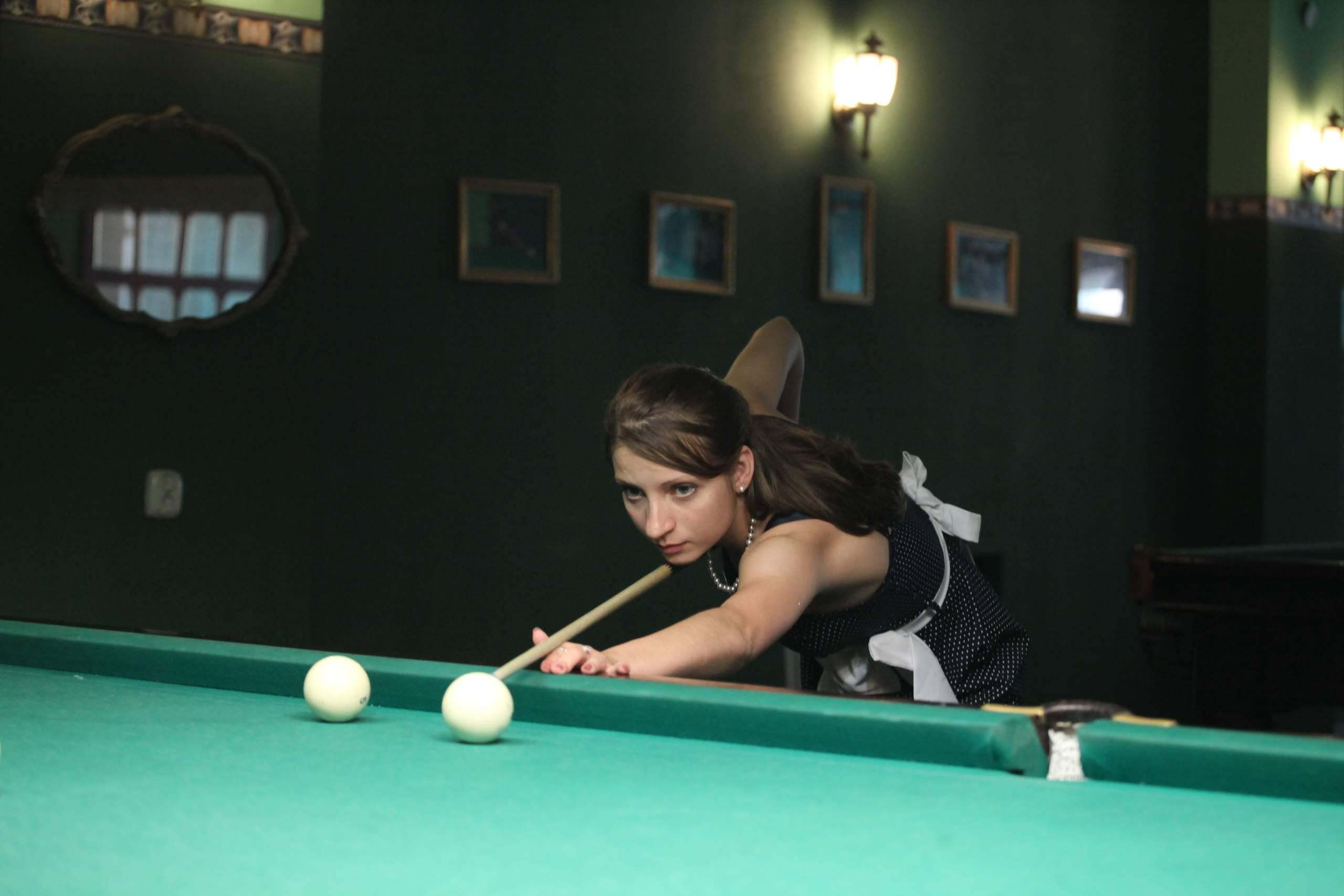 Шикарня девушка играет в бильярд фото 65-902